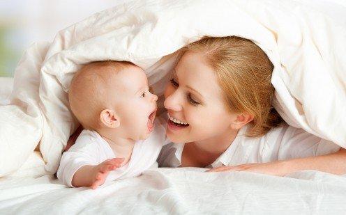 Счастливая мама и малыш