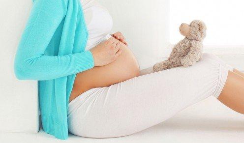 Беременная женщина с медвежонком