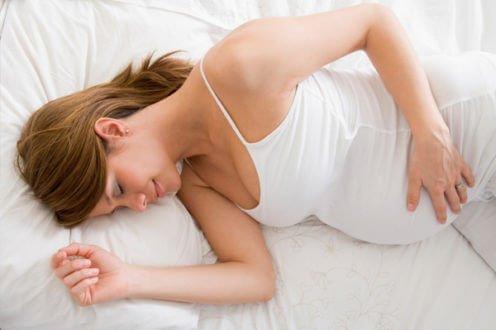 Спящая беременная женщина