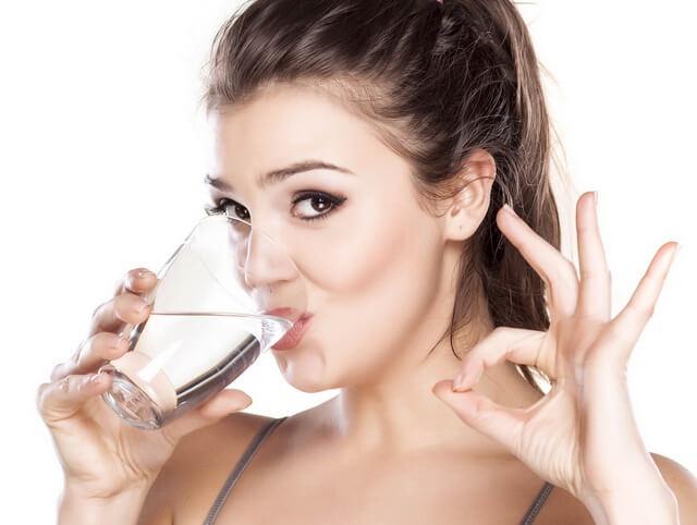 Женщину пьет воду
